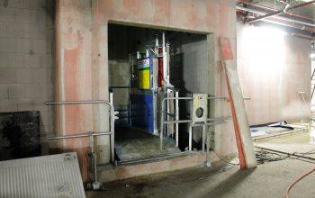 Über diesen Fahrstuhl wird das Inventar wie die großen Kühltheken ins Base-ment transportiert. Später fungiert er als Waren-Aufzug.