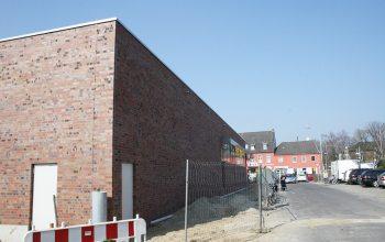 03 Die Fassade des Edeka Marktes ist momentan noch durch einen Zaun abgesperrt (Foto: © EDEKA Kempken)