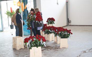 18 Jeder Besucher erhielt zum Erscheinen eine Rose gratis (Foto: © EDEKA Kempken)
