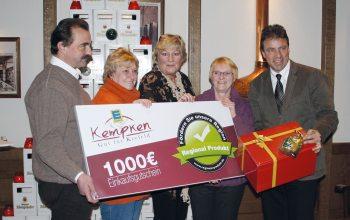 H. Kempken und Königshof-Vertriebsleiter Frank Tichelkamp übergeben die Preise (Foto: © EDEKA Kempken)