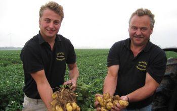 v.l.: Andreas und Heinz Overings beim Kartoffel-Ernten So tickt die Kartoffel (Foto: © Overings)