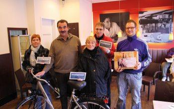 Heiner Kempken (2. v.l.) übergibt die Preise an die Hauptgewinner. (Foto: © EDEKA Kempken)