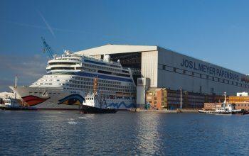 Ein Aida-Schiff verlässt die Meyer-Werft Werkstatt (Foto: © Meyer Werft)