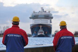 Das Meyer Werft Peronal mit dem Blick auf eines Ihrer Werke. (© Meyer Werft)