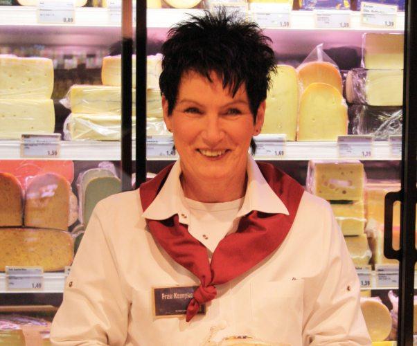 Frau Kempken: fachmännische Beratung an der Käsetheke. (Foto: © EDEKA Kempken)