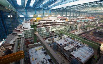 Hier werden die riesigen Einzelteile zu einem gigantischen Schiff zusammengbaut (Foto: © Meyer Werft)