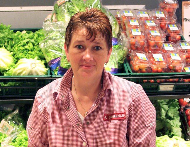 Angela Engelmann in der Gemüseabteilung in Gahlingspfad. (Foto: © EDEKA Kempken)