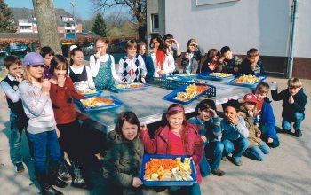 Jahnschule: Der Klassensprecher präsentiert das Obst (Foto: © Jahnschule Krefeld)