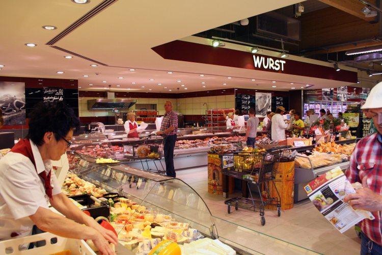 """Die große Fleisch-, Wurst- und Käsetheke wurde äußerst positiv erwähnt. LZ Direkt: """"Starke Theke: [...] am Tresen wird auf Kundenwünsche eingegangen."""" (Foto: © LZ Direkt)"""
