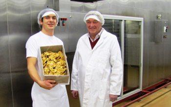 Sohn Cliff Lassche und Vater Harry Lassche in den Produktionsstätten (Foto: © Lassche)