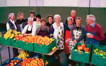 """12 der 14 ehrenamtlichen Mitarbeiter in der Ausgabestelle """"Süd"""" (Foto: © Krefelder Tafel)"""