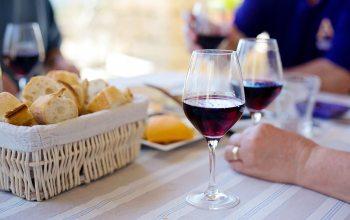 Roter Wein beim Abendbrot (Foto: © pixabay.de)
