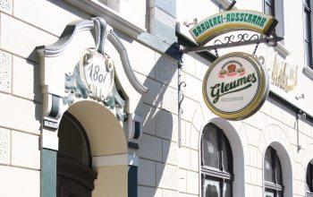 Der Brauerei-Ausschank lädt nicht nur zum Trinken ein, sondern überzeugt auch durch seine leckere Speisekarte. (Foto: © EDEKA Kempken)