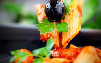 frischer Salat bereitet nicht nur bei großen Grillparties viel Appetit (Foto: ©mythja/Fotolia)
