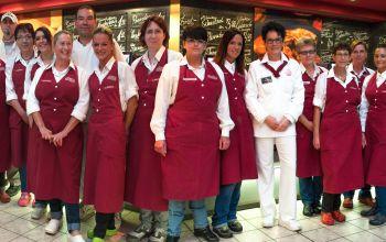 Mitarbeiter hinter der Frischetheke am Gahlingspfad.(Foto: © EDEKA Kempken)