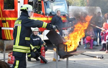 Die anwesende Feuerwehr sorgte für viel Action (Foto: © EDEKA Kempken)