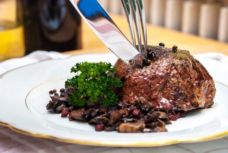 Rothhirsch Steaks mit Champignons (Foto: © EDEKA Kempken)