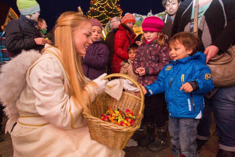 Soester Weihnachtsengel verteilt Bonbons (Foto: © Gero Sliwa)