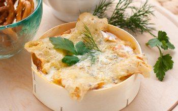 Ofenkäse lässt sich wunderbar selber zubereiten und ist beliebt für gemütliche Abende. (Foto: ©victoria p./Fotolia)