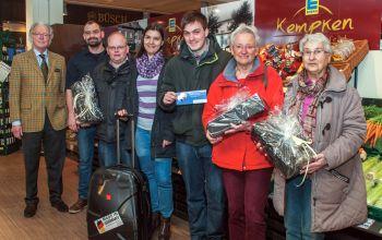 Die Gewinner zusammen mit (v.l.) Kurt Görtz (Wein Agentur Görtz) und Stefan Kempken. (Foto: © EDEKA Kempken)