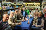 Stimmungsvolle Runde zwischen den Produktregalen. (Foto: © EDEKA Kempken)