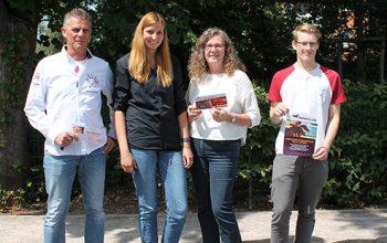 Die glücklichen Gewinner mit Sabine Kempken (2. v.l.) (Foto: © EDEKA Kempken)