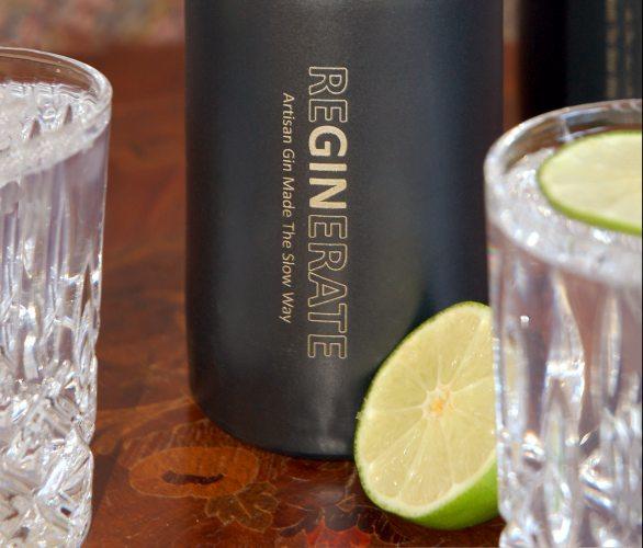 Die klassische Tonsteinflasche ist eine Reminiszenz an die Ursprünge des Gins, an den Genever. (Foto: ©reGINerate)