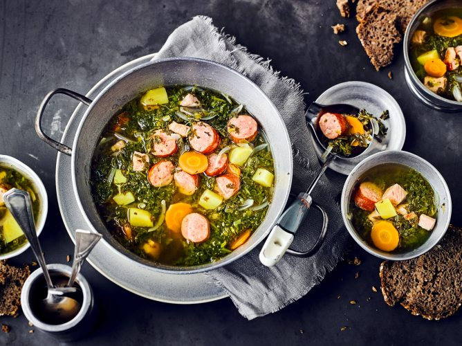 Grünkohlsuppe mit Mettwürstchen.