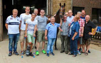Die Mitglieder des Stalles Samt und Seide mit Trainer Mario Hofer und Stute Panoramica. (Foto: Guido Schmitt)