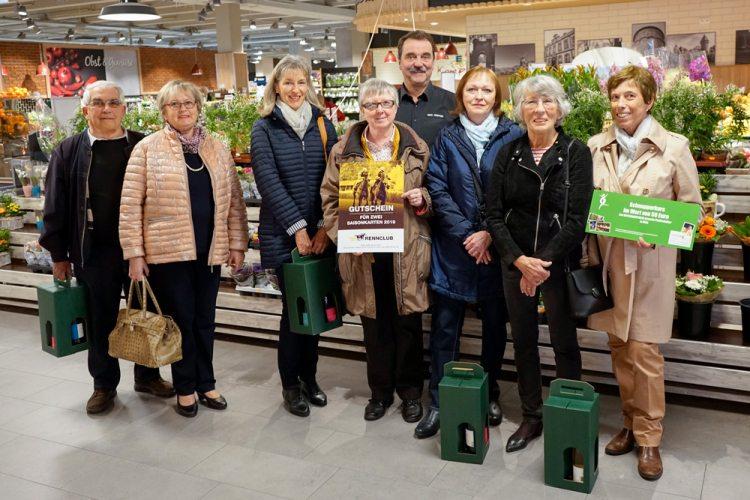 Heiner Kempken (5. v.l.) übergibt die Gewinne in der Mall des Gahlingspfad-Marktes.