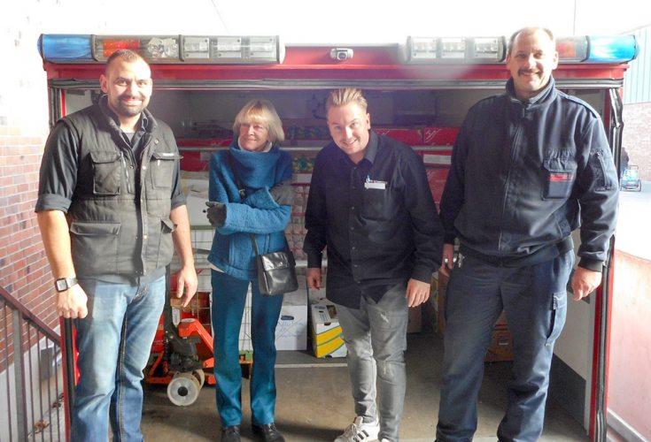 Stefan Kempken (links) und Marianne Wetzels (2. v.l.) übergeben 2016 gemeinsam die gespendeten Lebensmittel an die Krefelder Feuerwehr.