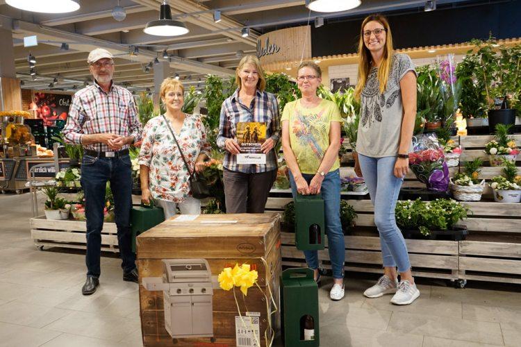 Sabine Kempken (links.) übergibt die Gewinne in der Mall des Gahlingspfad-Marktes.