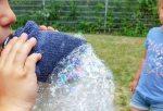 Bevor Du Luft holst, um in die Flasche zu pusten, diese vorher absetzen, sodass du nicht aus Versehen chaumbläschen einatmest.