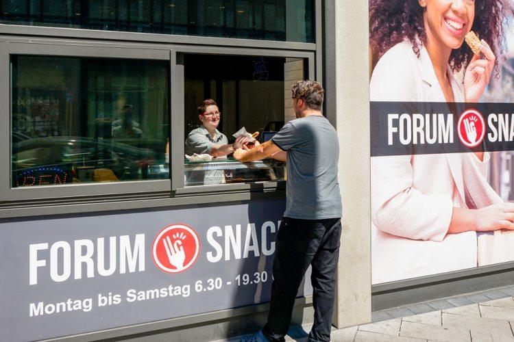 Im Forum Snack gibt's täglich frisch zubereitete warme Speisen.