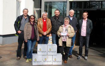 Die glücklichen Gewinner zusammen mit Stefan Kempken (4.v.l.) (Foto: © EDEKA Kempken)
