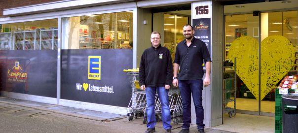 (v.r.) Stefan Kempken (Inhaber) und Karl-Heinz Geppert (Filialleiter) vor dem 5. Kempken-Markt. (Foto: EDEKA Kempken)
