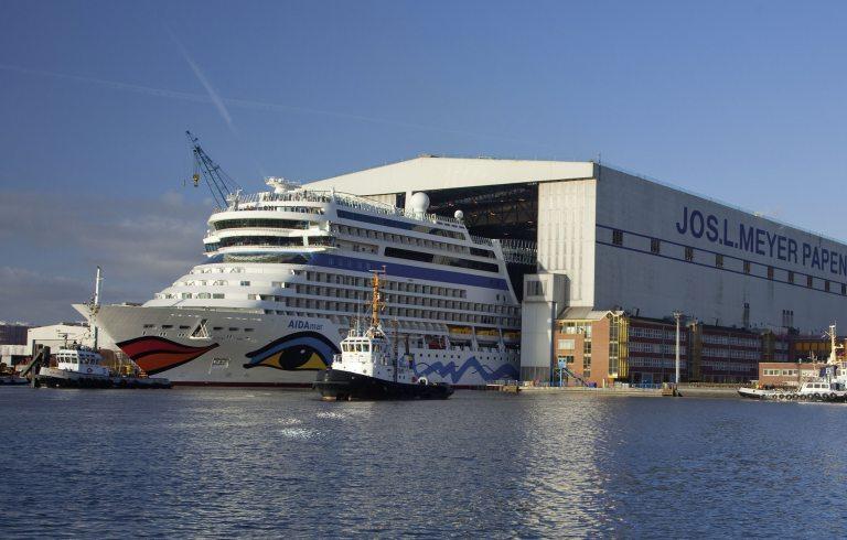 Ein Aida-Schiff verlässt die Meyer Werft Werkstatt. (Foto: © Meyer Werft)